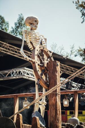 19 de abril de 2014, Haarzuilens, Países Bajos: esqueleto detrás del timón de un barco en la Elf Fantasy Fair (Elfia), que es un evento de fantasía al aire libre en Castle de Haar Editorial