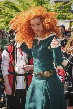 19 de abril de 2014, Haarzuilens, Países Bajos: hermosa joven con peluca roja está bailando durante la Elf Fantasy Fair (Elfia), un evento de fantasía al aire libre en Castle de Haar
