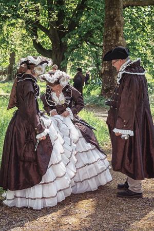 19 de abril de 2014, Haarzuilens, Países Bajos: participantes disfrazados de The Elf Fantasy Fair (Elfia), que es un evento de fantasía al aire libre en Castle de Haar Editorial
