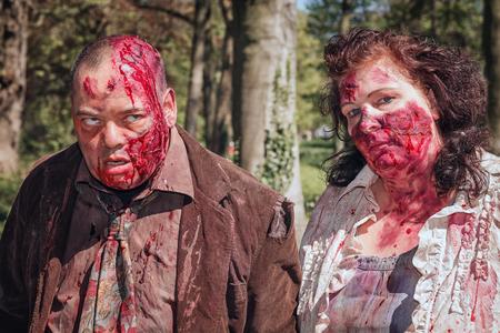 19 de abril de 2014, Haarzuilens, Países Bajos: pareja sangrienta en la Elf Fantasy Fair (Elfia), que es un evento de fantasía al aire libre en Castle de Haar