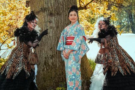 19 de abril de 2014, Haarzuilens, Países Bajos: Geisha flanqueada por dos brujas horribles en la Elf Fantasy Fair (Elfia), que es un evento de fantasía al aire libre en Castle de Haar