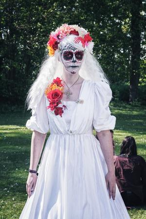 19 de abril de 2014, Haarzuilens, Países Bajos: Dama de blanco con una mueca de terror posa en el parque durante la Elf Fantasy Fair (Elfia) es un evento de fantasía al aire libre en Castle de Haar