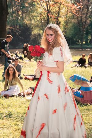 19 de abril de 2014, Haarzuilens, Países Bajos: Bellamente vestida dama posa en el parque durante la Elf Fantasy Fair (Elfia) es un evento de fantasía al aire libre en Castle de Haar