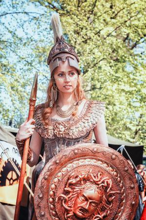 19 de abril de 2014, Haarzuilens, Países Bajos: Athena, la diosa de la guerra y la sabiduría durante la Elf Fantasy Fair (Elfia), que es un evento de fantasía al aire libre en Castle de Haar.