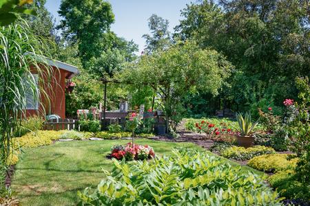 Zaandam, Niederlande, 2. Juli 2018: Gartenhaus umgeben von einem schönen Ziergarten in den Niederlanden
