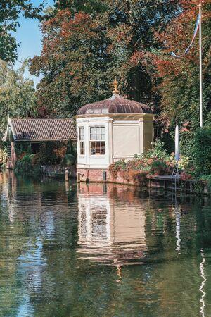 Schöner alter Pavillon am Nieuwe Haven-Kanal in Edam in den Niederlanden
