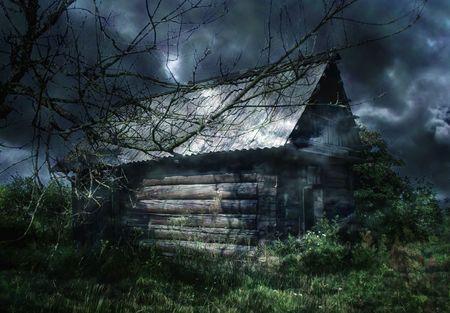 La piccola casa nella gettato crepuscolo