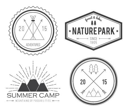 빈티지 여름 캠프 배지 및 기타 야외 엠 블 럼 및 레이블 집합