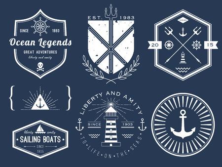Conjunto de logotipos náuticas, insignias y etiquetas en la pizarra