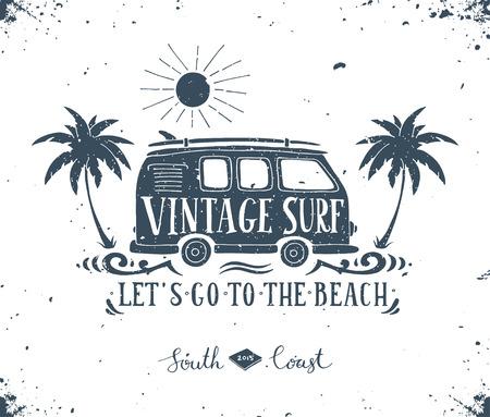 campamento: Impresi�n de surf del verano de la vendimia con una mini furgoneta, palmeras y las letras.