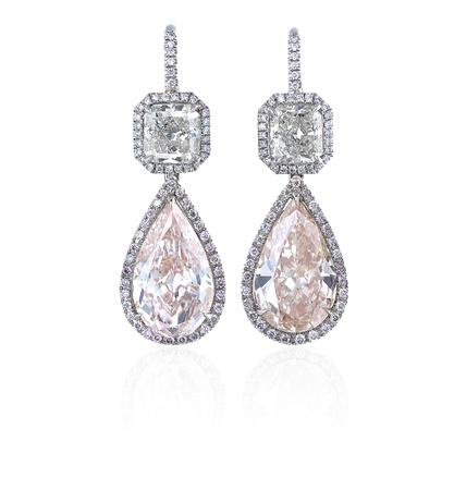 Diamanten oorbellen geïsoleerd op witte achtergrond