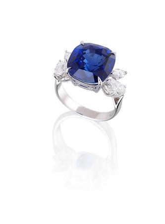 zafiro: Diamante y anillo de zafiro azul aislado en blanco Foto de archivo