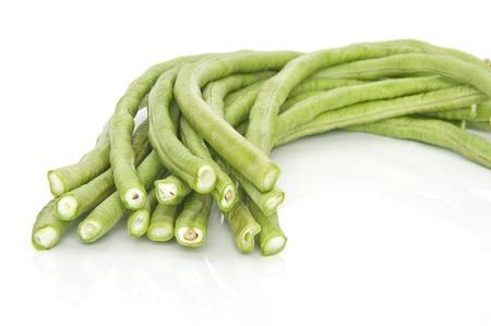 planta de frijol: Largas judías verdes aislados en blanco.