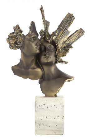 Faces statue.