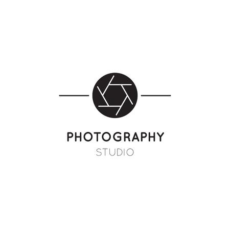 Icono de línea delgada de vector, silueta de obturador de cámara. Ilustración de plantilla de logotipo para fotógrafo, estudio de fotografía, tienda o escuela. Negro sobre blanco símbolo aislado. Diseño moderno y sencillo. Logos
