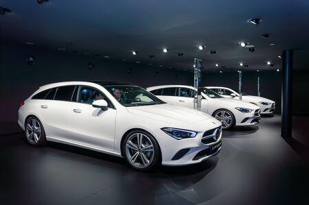 FRANCFORT - 15 SEPTEMBRE 2019 : Mercedes-Benz CLA 200 Shooting Brake blanches dans une rangée au salon international de l'automobile IAA 2019, voiture de luxe compacte par Mercedes Benz, vue latérale