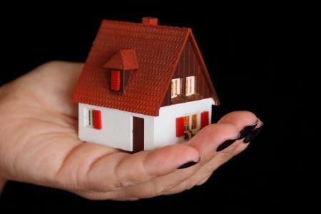 puppenhaus: Bild von Puppenhaus in der menschlichen Hand auf schwarzem Hintergrund