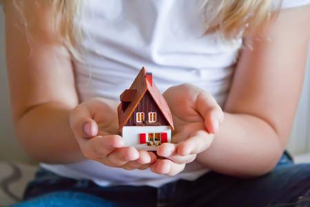 puppenhaus: Foto von Puppenhaus in der menschlichen Hand auf wei�em Hintergrund Lizenzfreie Bilder