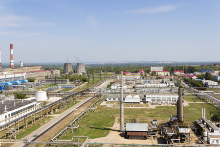 paesaggio industriale: Industrial landscape of refinery at summer day Archivio Fotografico
