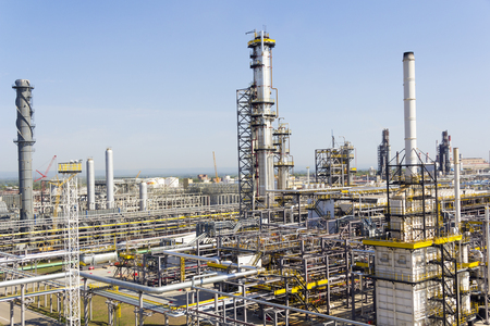 paesaggio industriale: Industrial landscape of refinery at summer day Archivio Fotografico