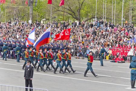 bandera rusia: Samara, Rusia - 9 de mayo de 2015: ceremonia rusa del desfile militar de apertura el d�a anual de la victoria