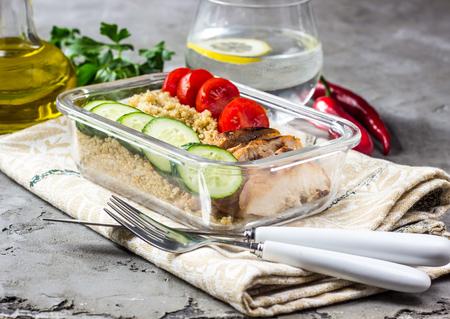 퀴 노아, 닭고기 및 아루 굴라가 포함 된 건강한 식사 준비 용기 스톡 콘텐츠 - 98872474