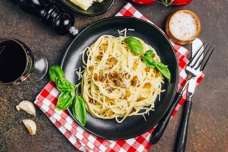 Makaron alla carbonara. Makaron spaghetti z bekonem, jajkiem, parmezanem i bazylią. Tradycyjna kuchnia włoska.