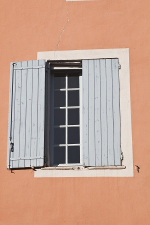 eacute: A window in the village of Roussillon in Provence