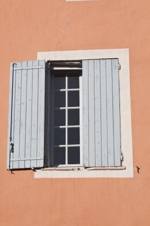 eacute: Una finestra nel villaggio di Roussillon in Provenza Archivio Fotografico