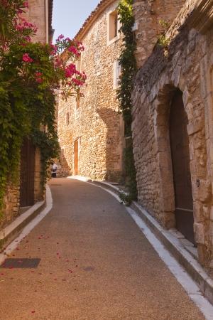 Een oude straat in Venasque, Provence.