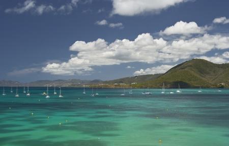 De mooie heldere blauwe zee