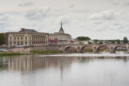 De stad van Saumur aan de oevers van de rivier de Loire, Frankrijk.