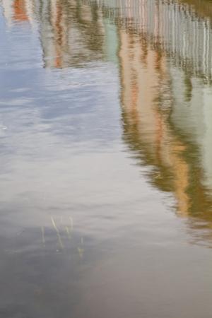 leu: Case che rispecchiano in acqua nella zona Saint Leu di Amiens, in Francia.
