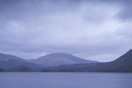 Derwent Water onder zware regenwolken in het Lake District National Park. Stockfoto