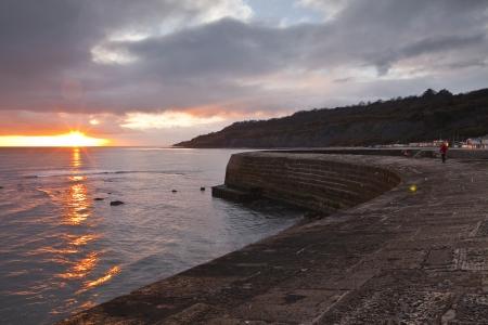 De haven muur Cobb in Lyme Regis, Dorset, Engeland.