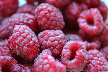 Background with fresh raspberry closeup. Raspberry macro photography with copy space. Healthy organic berries of bright red color. Template for banner, menu, food label, organic shop, garden harvesting Stockfoto