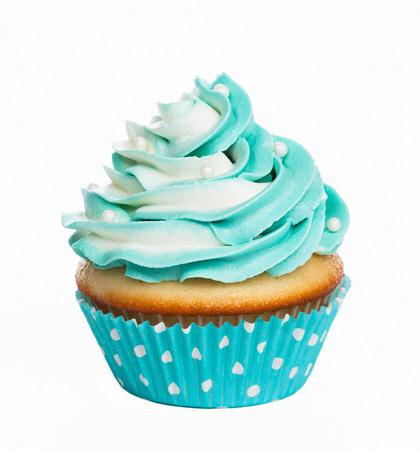 Blauwgroen verjaardag cupcake met boter room slagroom op wit wordt geïsoleerd.