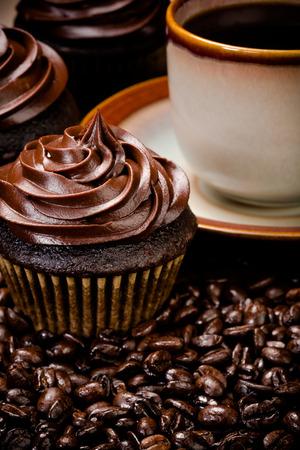 cafe colombiano: Magdalenas del chocolate con café y granos Foto de archivo