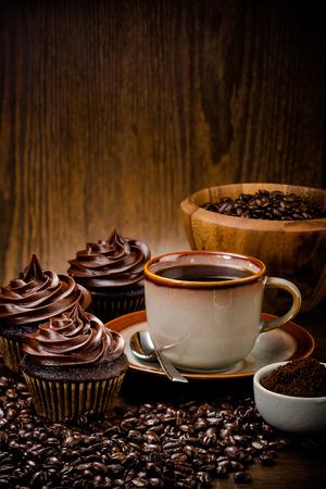 cafe colombiano: Tres pastelitos de chocolate con café y granos de madera de color más cálido Foto de archivo