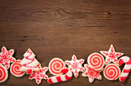 galletas de navidad: Tiro de arriba de un galletas de borde rojo y blanco de la Navidad en un fondo de madera. Foto de archivo