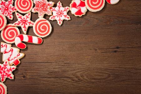 Overhead-Schuss von einem roten und weißen Weihnachtsplätzchen Grenze auf einem hölzernen Hintergrund. Standard-Bild - 45665996