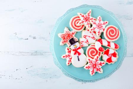 Rote und weiße Weihnachten Zuckerplätzchen auf einem Teller Standard-Bild - 47275712