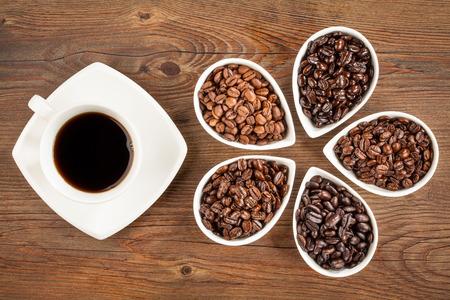 grano de cafe: El café fresco y frijoles