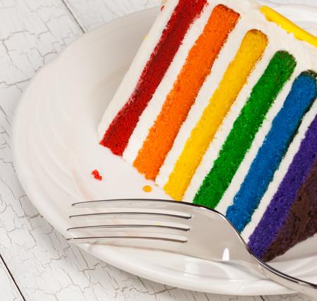 Scheibe des Regenbogen-Geburtstags-Kuchen Standard-Bild