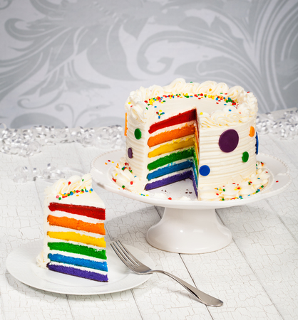 Regenbogen-Geburtstags-Kuchen Standard-Bild - 57170221