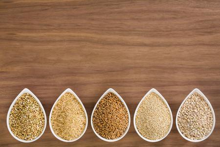 木製の背景をボウルに全粒穀物の品揃え