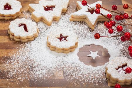 galletas de navidad: Navidad Galletas de Linzer ser decorado con azúcar en polvo Foto de archivo