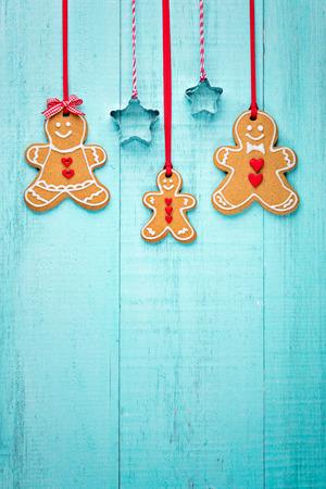 Glückliche Lebkuchen Familie Grenze hängen auf blauem Hintergrund. Standard-Bild - 64120681