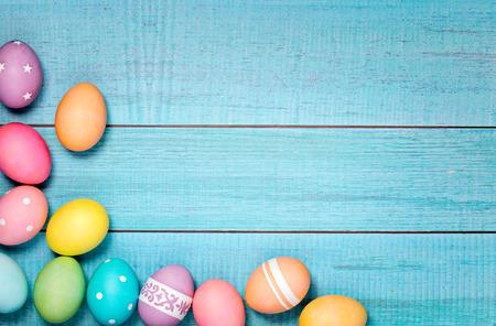 huevo: Huevos de Pascua de colores dispuestos sobre un fondo azul. Foto de archivo