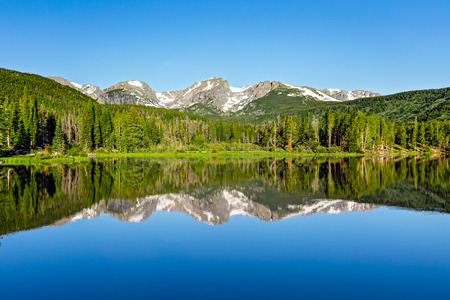 Mountain reflection on Sprague Lake in Rocky Mountain National Park. 스톡 콘텐츠